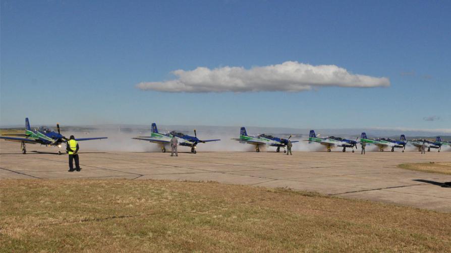 """JORNADA ABIERTA. Llegada de la escuadra brasileña de aviones """"embraer 312 Tucán""""  (Sergio Ortega)."""