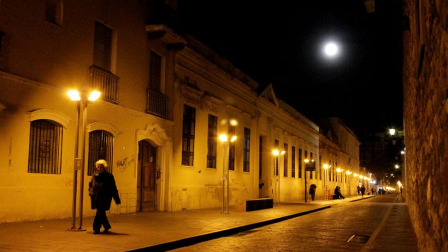 SUPERLUNA. Imagen tomada en Córdoba en la calle Caseros, entre Velez Sarfield y Obispo Trejo,  Manzana Jesuítica, por Ricardo Ferrero.
