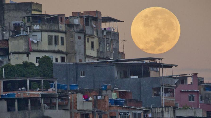 LA SUPERLUNA. Se pone detrás del complejo Mare barrio de chabolas de Río de Janeiro (AP).