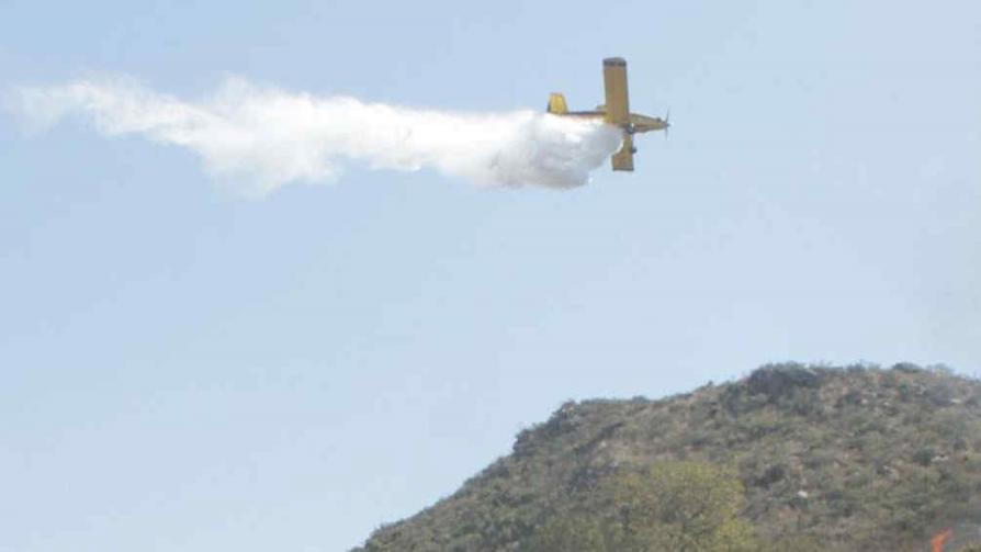 Por aire y tierra. Así atacaron un frente de fuego en cercanías de Cosquín, donde el viento también dificultó la tarea de los bomberos (La Voz).