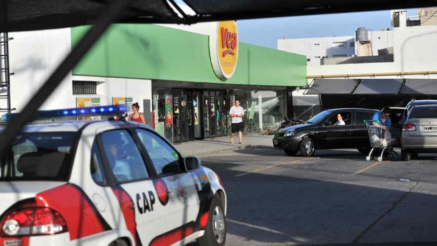 SAQUEOS. Supermercado VEA de avenida Colón y Zanni (La Voz / Antonio Carrizo).