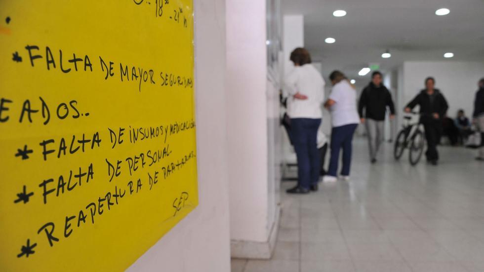 En crisis. Los hospitales públicos son escenario de frecuentes reclamos por falta de insumos, de infraestructura y de mayor demanda de personal para atender a los pacientes. (Antonio Carrizo)
