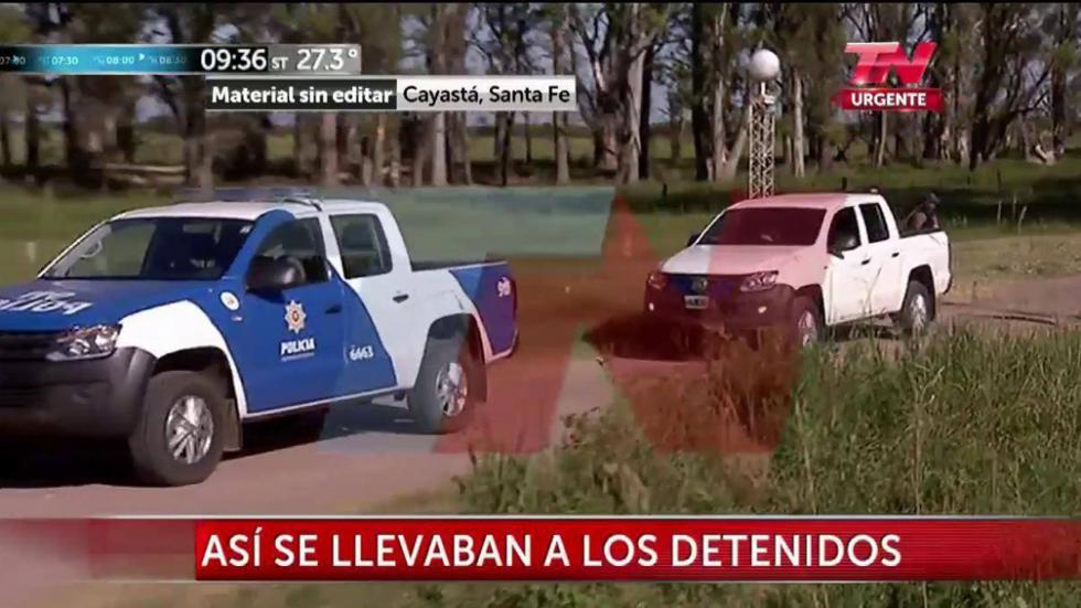 TRASLADO DE DETENIDOS. Así los llevaban tras el operativo en una planta arrocera (Captura TV/Todo Noticias).