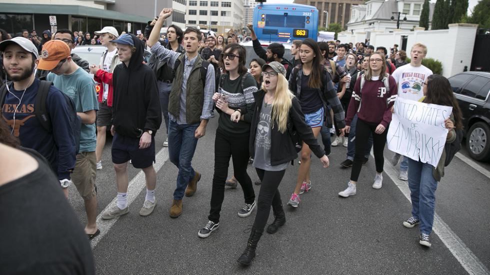 Fuertes protestas anti-Trump bajo la consigna